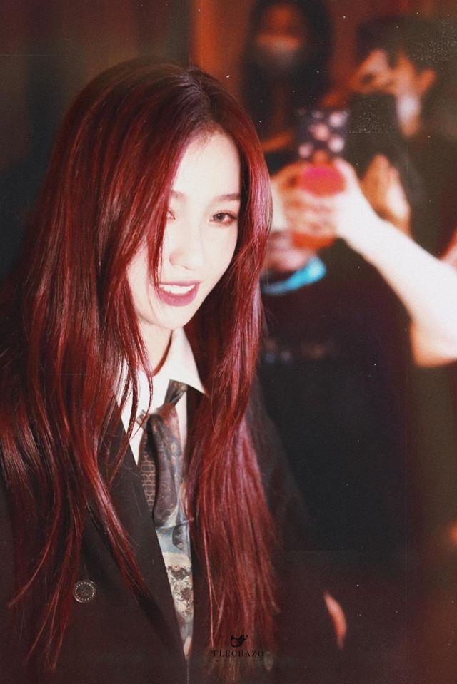 Ngu Thư Hân luôn mang đến cảm giác vui vẻ, rạng rỡ mỗi khi xuất hiện. Mái tóc đỏ rực rất hợp với thành biểu cảm lố.