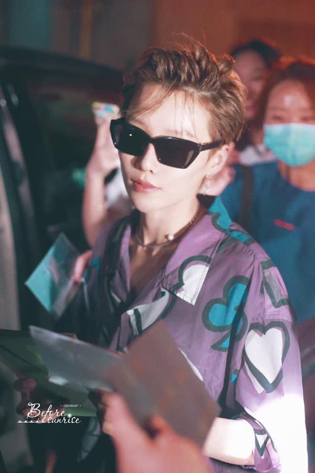 Lưu Vũ Hân hất tóc mái và tạo nét cool ngầu với kính đen. Nữ idol gợi nhớ đến hình ảnh những đại ca trong phim Hong Kong thập niên 90.