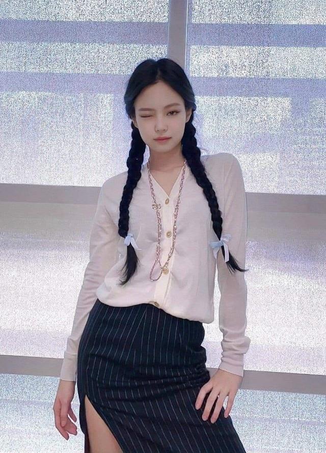 Jennie đang chuộng phong cách buộc tóc hai bên nhưng không hề sến mà còn highfashion nhờ cách phối đồ độc đáo. Cô nàng đại diện cho hình ảnh tiểu thư sang chảnh, là fashionista có sức ảnh hưởng ở Hàn.