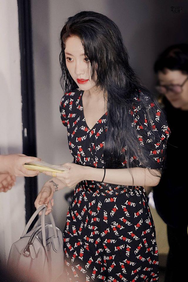 Dụ Ngôn đã nhuộm lại tóc đen, nữ tính bất ngờ khi mặc váy. Cô nàng sở hữu góc nghiêng hoàn hảo và nét đẹp như những mỹ nhiên Hong Kong thời xưa.