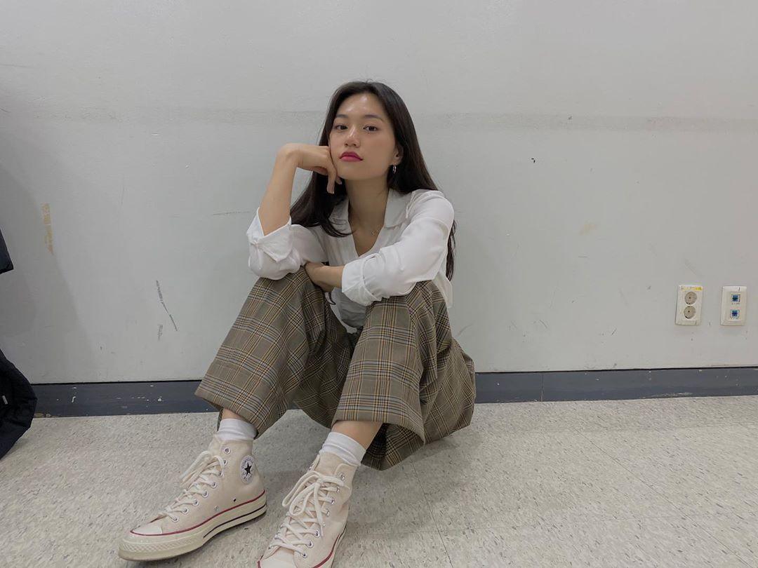 Phong cách thời trang của Do Yeon cũng đậm nét nữ sinh với sơ mi trắng, quần tây thanh lịch. Thành viên Weki Meki có khí chất girlcrush hút fan nữ.