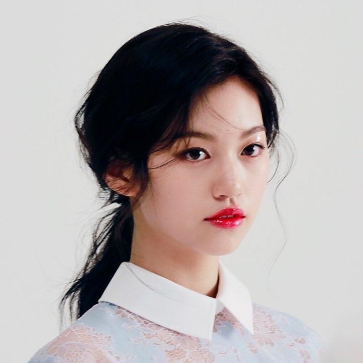 Do Yeon có khuôn mặt high fashion, được nhiều tạp chí thời thượng ưa chuộng. Nữ idol gợi nhớ đến hình ảnh con gái cả quyền lực trong những gia đình tài phiệt xứ Hàn.