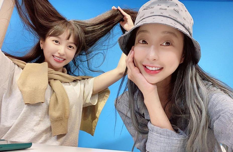 Hye Rin và Hani (EXID) vui vẻ khi tái ngộ. Cô nàng Hani vứt bỏ hình tượng, tung tóc làm trò lố.