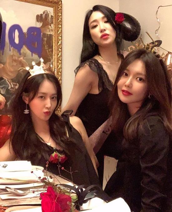 Các thành viên SNSD liên tục đăng ảnh buổi tiệc sinh nhật của Tiffany. Trong hình, Soo Young và Yuri lên đồ sang chảnh đến chúc mừng cô bạn thân thiết.