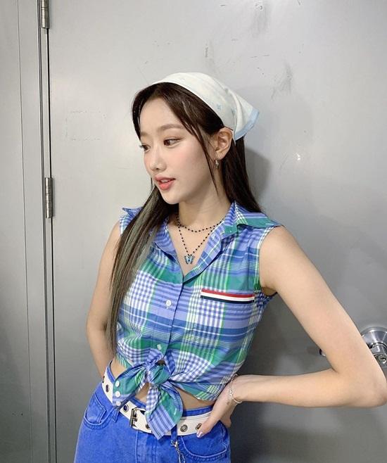 Na Eun (April) buộc khăn trùm đầu dễ thương.