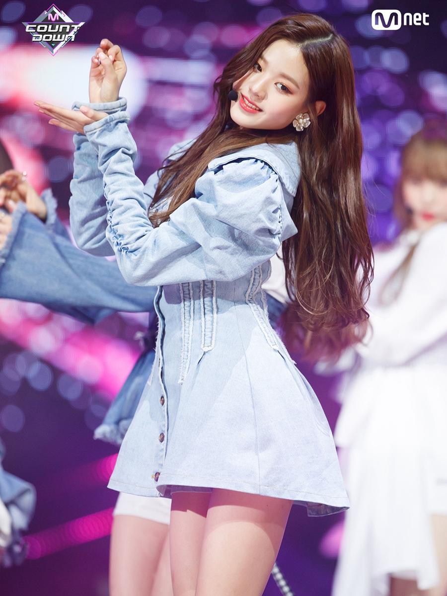 Tháng 11/2018, Jang Won Young chính thức debut trong đội hình IZONE. Lúc này, ngoại hình của cô nàng vẫn có nét trẻ con nhưng thần thái đã tự tin hơn so với thời thực tập sinh.