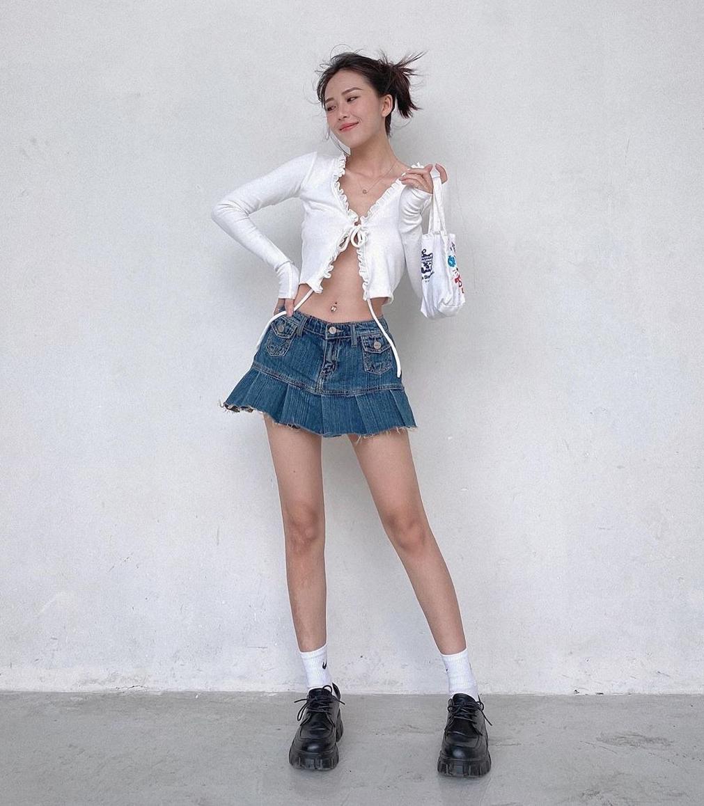 Ở Việt Nam, kiểu áo đậm chất vintage như các sao Hàn cũng đang được yêu thích. Tuy nhiên khác với phong cách kín đáo của các idol, nhiều hot girl Việt chọn lối lên đồ táo bạo.