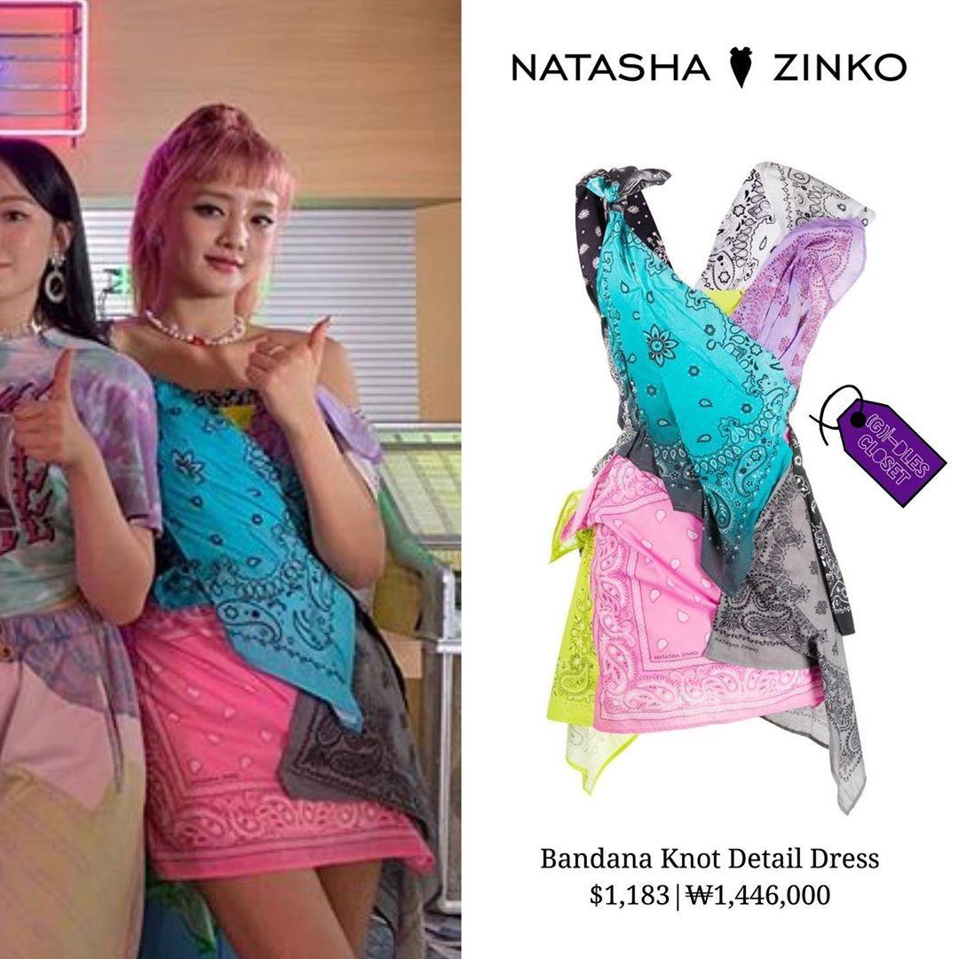 Trong khi các thành viên được diện những trang phục giá khoảng vài trăm USD, Minnie được ưu ái mặc thiết kế Natasha Zinko giá lên tới 1.183 USD (khoảng 27,5 triệu đồng). Bộ đầm trông rất lạ mắt với thiết kế được chắp vá từ những chiếc khăn vuông họa tiết, tạo thành một chiếc đầm bất đối xứng. Tuy hay ho nhưng kiểu đầm này không thực sự tôn dáng, thậm chí còn gây cảm giác lòe loẹt kém sang.