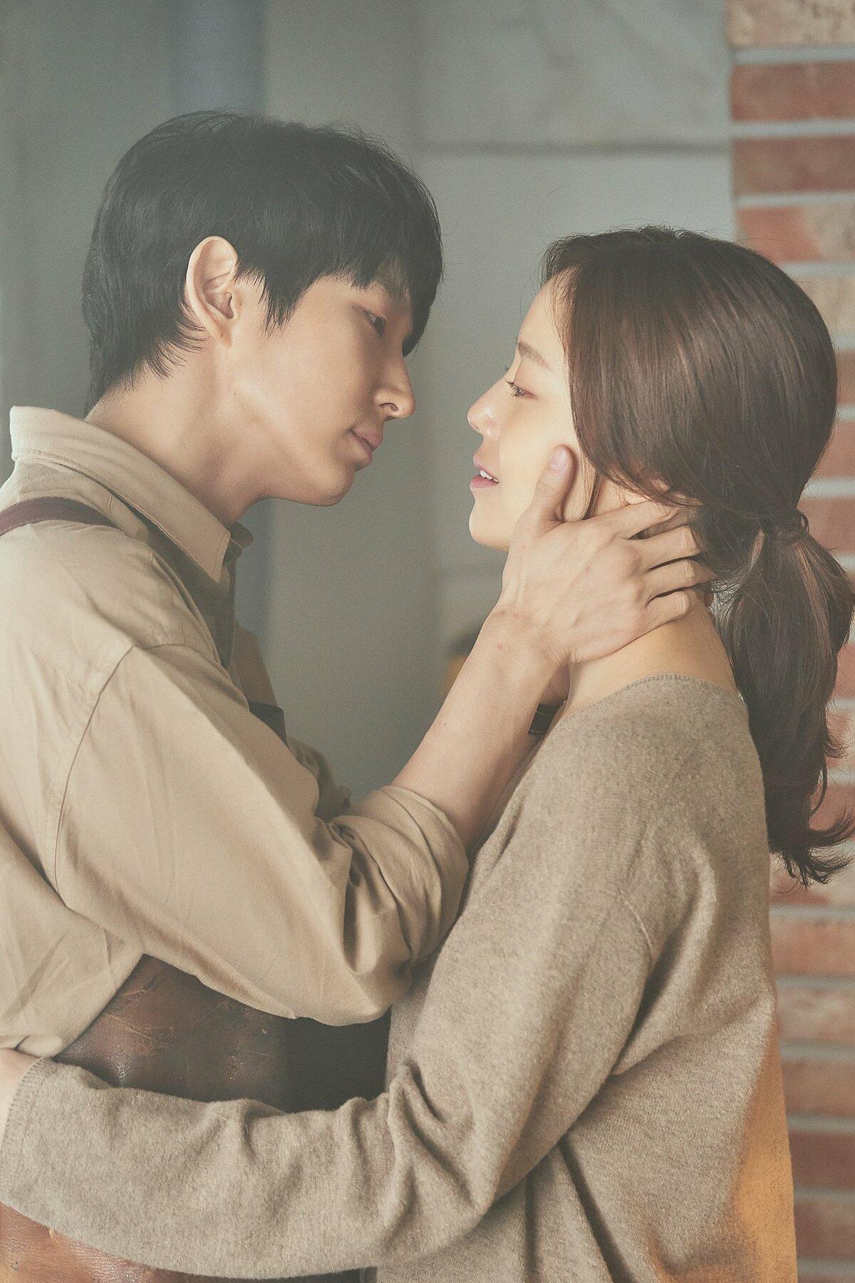 Vừa phút trước, khán giả nhìn thấy Baek Hee Sung trao vợ ánh nhìn dịu dàng, nụ hôn nồng thắm thì trong chớp mắt, gương mặt anh ta đã trở nên lạnh lẽo, không còn cảm xúc gì.