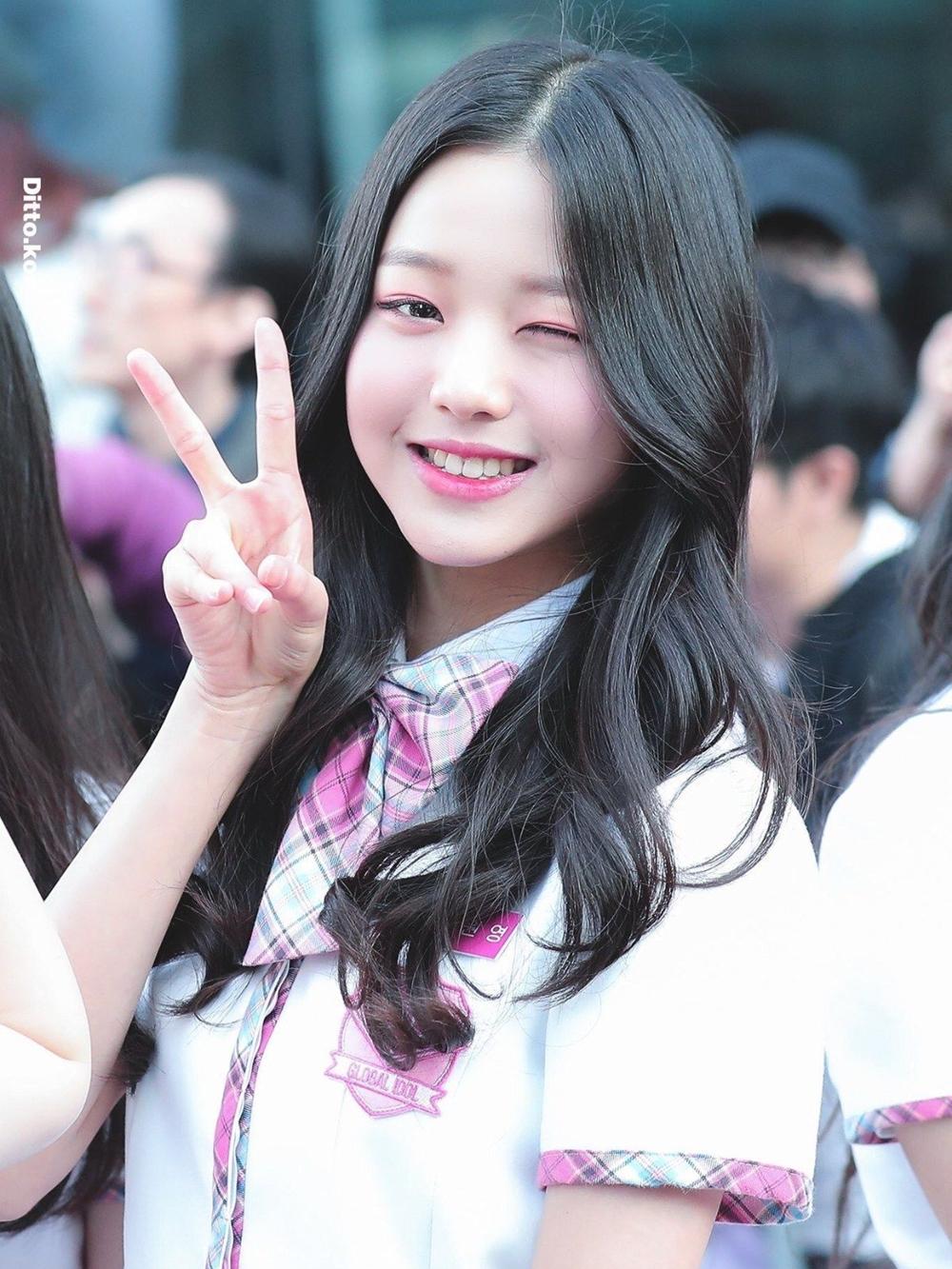 Năm 2018, Jang Won Young tham gia show Produce 48 khi cô mới chỉ 14 tuổi. Từ lần xuất hiện đầu tiên, cô nàng đã thu hút sự chú ý nhờ ngoại hình nổi bật, nét đáng yêu bầu bĩnh trên gương mặt.