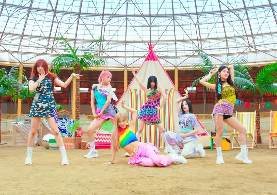 Chiếc đầm quá ngắn còn khiến Minnie và Mi Yeon lộ liễu quần bảo hộ kém duyên khi thực hiện các động tác vũ đạo.