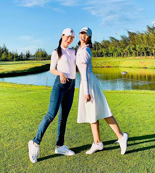 Diễm My - Lã Thanh Huyền là tình địch trong phim nhưng ngoài đời rất thân thiết. Hai chị em rủ nhau đi đánh golf.