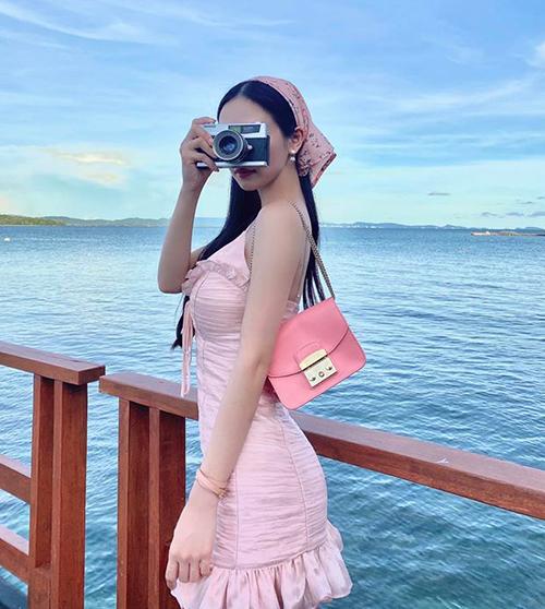 Jun Vũ diện cả cây hồng bánh bèo đi chơi biển.