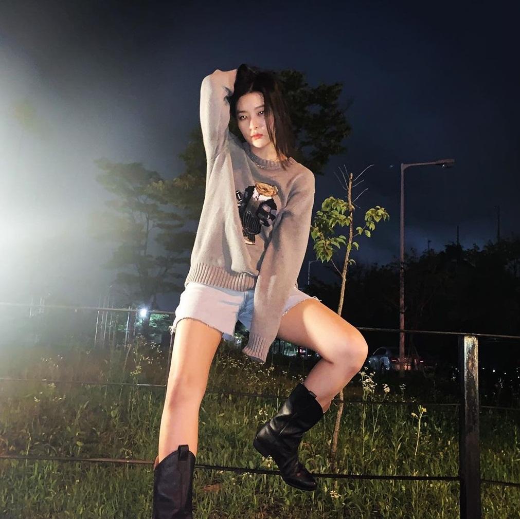 Seul Gi ngồi vắt vẻo trên hàng rào tạo dáng đầy thần thái.