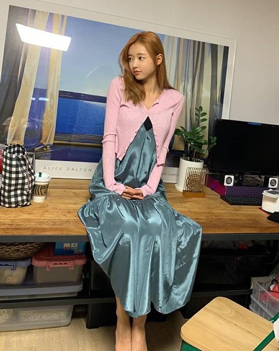 YooA khoe dáng thanh mảnh trong bộ đầm lụa bóng phối áo len mỏng hot trend.