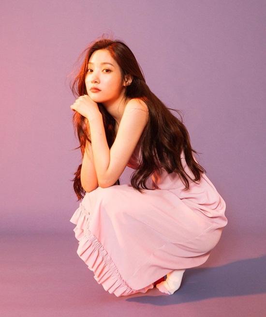 Chae Yeon (DIA) dịu dàng với đầm hồng thướt tha.