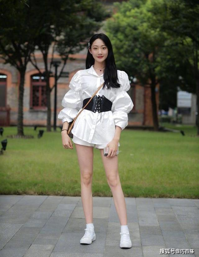 Phụ kiện cũng được con gái xứ Trung kết hợp đa dạng để tạo điểm nhấn cho trang phục.