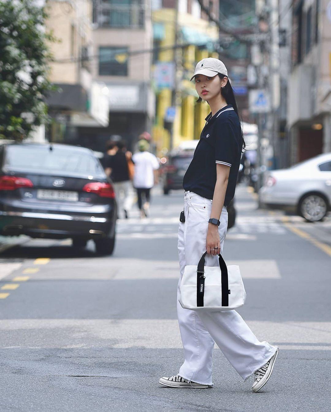 Ở Hàn Quốc, các cô gái chuộng phong cách sporty. Trang phục thể thao hoặc mang cảm hứng thể thao được nhiều tín đồ thời trang chọn diện khi ra phố.