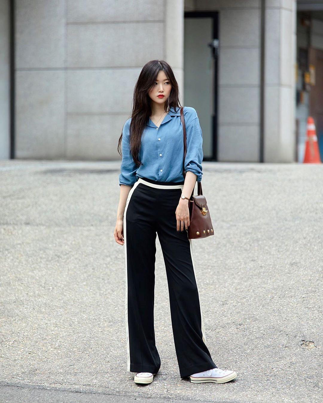 Thời trang đời thường của các cô gái xứ kim chi cũng chịu ảnh hưởng nhiều từ phong cách công sở thanh lịch, tuy nhiên được biến tấu theo hướng trẻ trung hơn. Không khó để bắt gặp những item quen thuộc như sơ mi, quần vải, quần suông...
