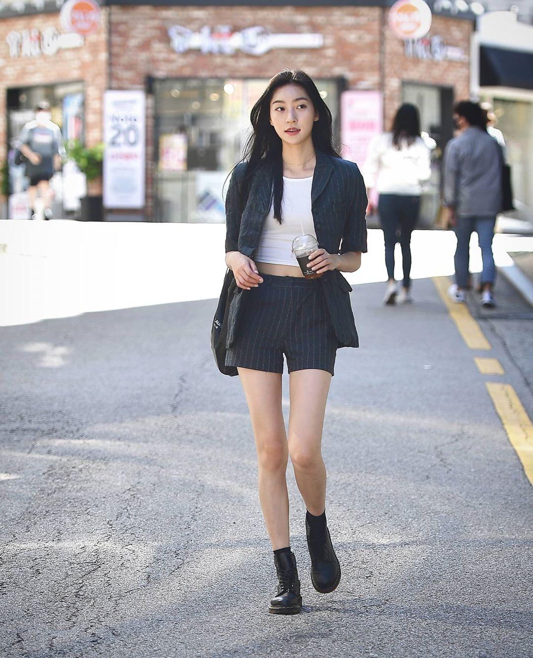 Diện đồ theo kiểu cây suit cũng là phong cách được nhiều cô gái yêu thích, tạo vẻ lịch sự nhưng cũng rất hiện đại.