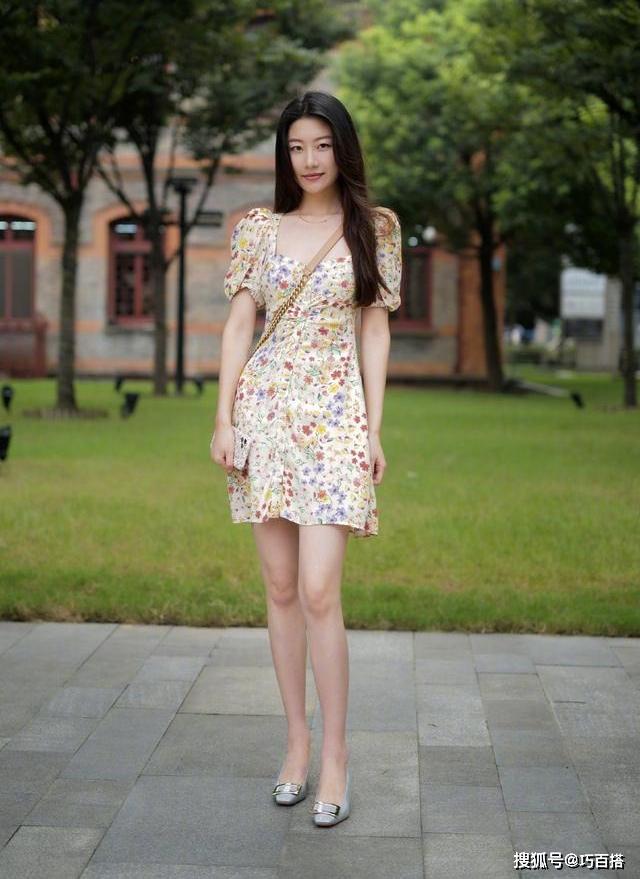 So với giới trẻ Hàn Quốc, con gái Trung Quốc có cách phối đồ đa dạng hơn, đồng thời cầu kỳ hơn hẳn trong khoản mix-match. Những chiếc váy hoa màu sắc không thể thiếu trong tủ đồ hè của họ.