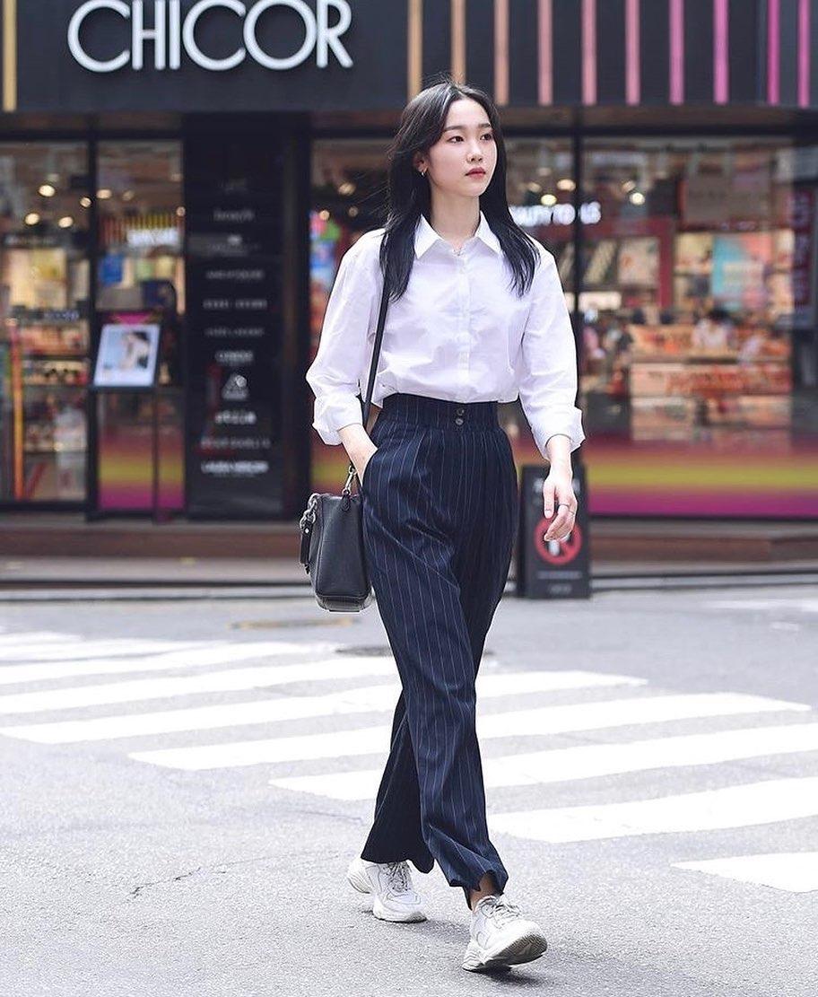 Không chỉ tối giản về kiểu dáng trang phục và cách mix, con gái Hàn Quốc còn rất đơn giản trong màu sắc. Họ chuộng các gam trung tính, đặc biệt là đen trắng không lỗi mốt.