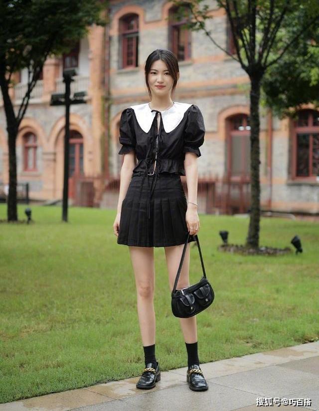 Không trung thành với sneakers như giới trẻ Hàn Quốc, con gái Trung Quốc cũng có nhiều lựa chọn đa dạng về giày dép đi cùng từng kiểu đồ.