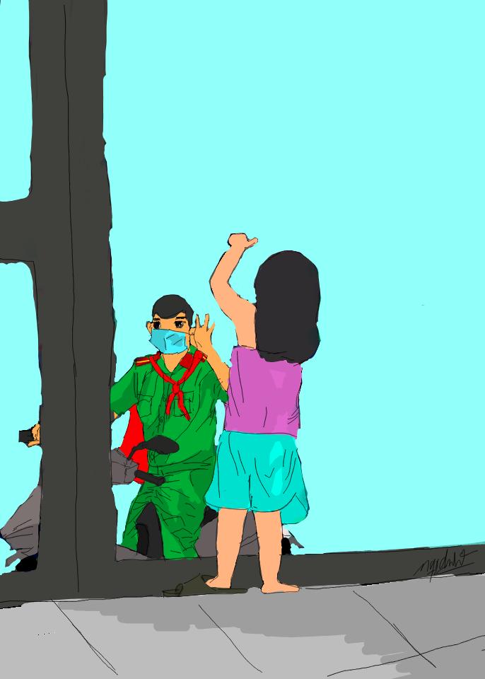 Chiến sĩ công an tranh thủ về nhà nhìn con từ xa.