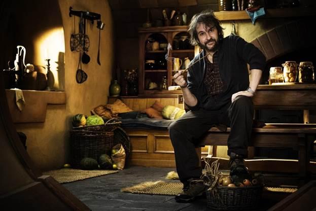 Đạo diễn Peter Jackson ngồi giữa bối cảnh Chúa Nhẫn.