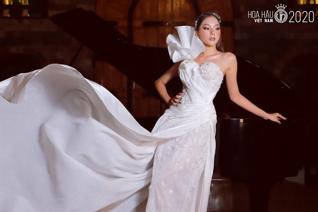 Người đẹp quê Đắk Lắk vừa đi học, vừa làm người mẫu tự do. Sau cuộc thi Miss World Vietnam, Bích Thùy nhận ra ưu, nhược điểm của bản thân. Một năm qua, cô khắc phục, trau dồi thêm ngoại ngữ, kỹ năng ứng xử, catwalk. Người đẹp kỳ vọng sẽ đạt thành tích cao tại Hoa hậu Việt Nam năm nay.