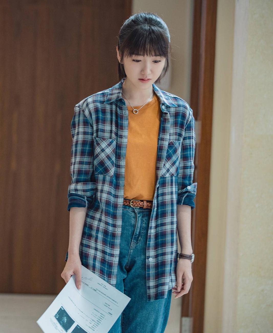 Cách layer áo sơ mi và áo thun giúp cô trông như nữ sinh viên thay vì gái có chồng.