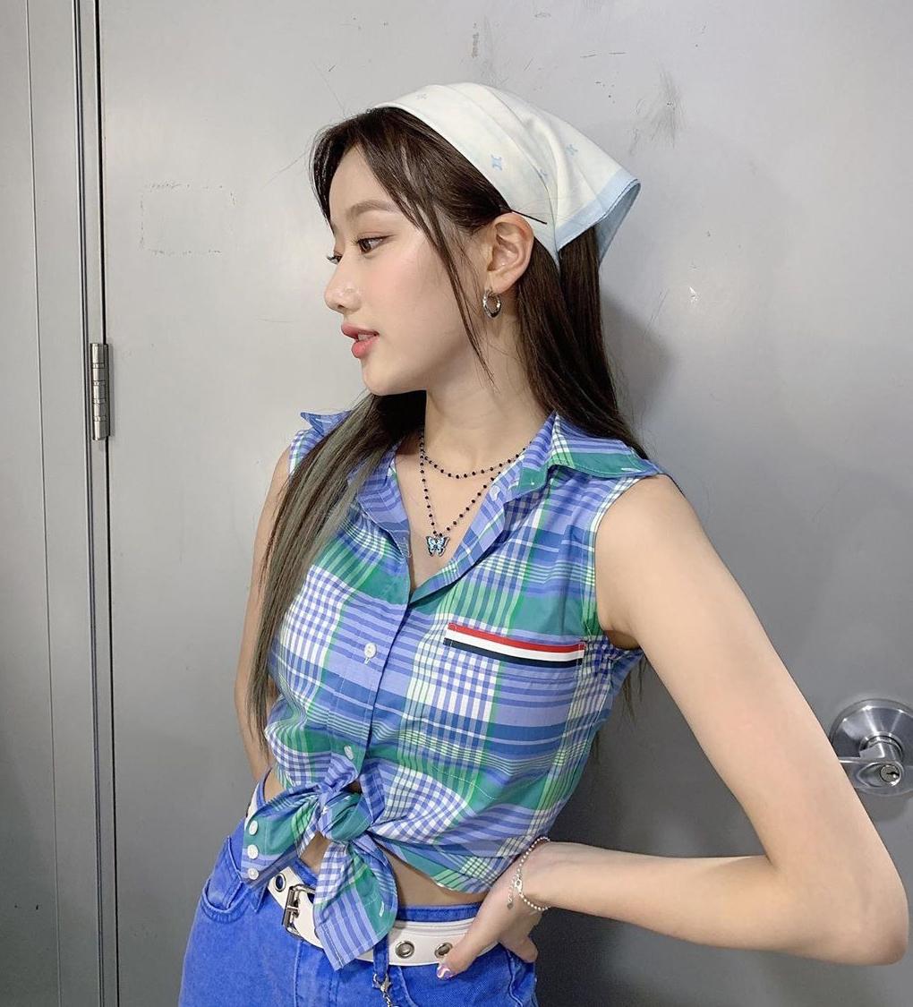 Với nhan sắc tươi trẻ, Na Eun được xem là một biểu tượng của phong cách high teen trong Kbiz. Nữ idol luôn khéo mix đồ kiểu vintage để tạo phong cách như các nữ sinh Âu Mỹ năm 2000. Sự tinh tế của thành viên April còn thể hiện trong khoản kết hợp phụ kiện ăn ý đi kèm, giúp tổng thể trang phục thêm ấn tượng. Cách thắt khăn như cô gái Hà Lan cho thấy độ nhanh nhạy trong việc bắt mốt high teen của Na Eun.