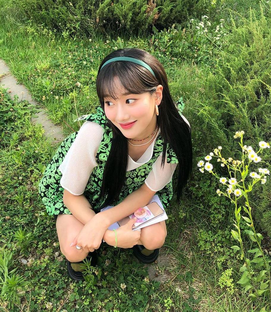 Bờm nhựa màu nhí nhảnh cũng là phụ kiện khó thiếu trong tủ đồ vintage của Na Eun. Diện váy xanh, cô nàng mix với băng đô xanh rất xinh xắn.