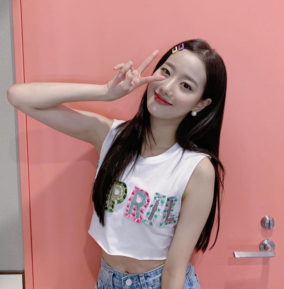 Mái tóc chải mượt đơn giản của nữ idol có thêm điểm nhấn với những chiếc kẹp nhựa màu sắc.