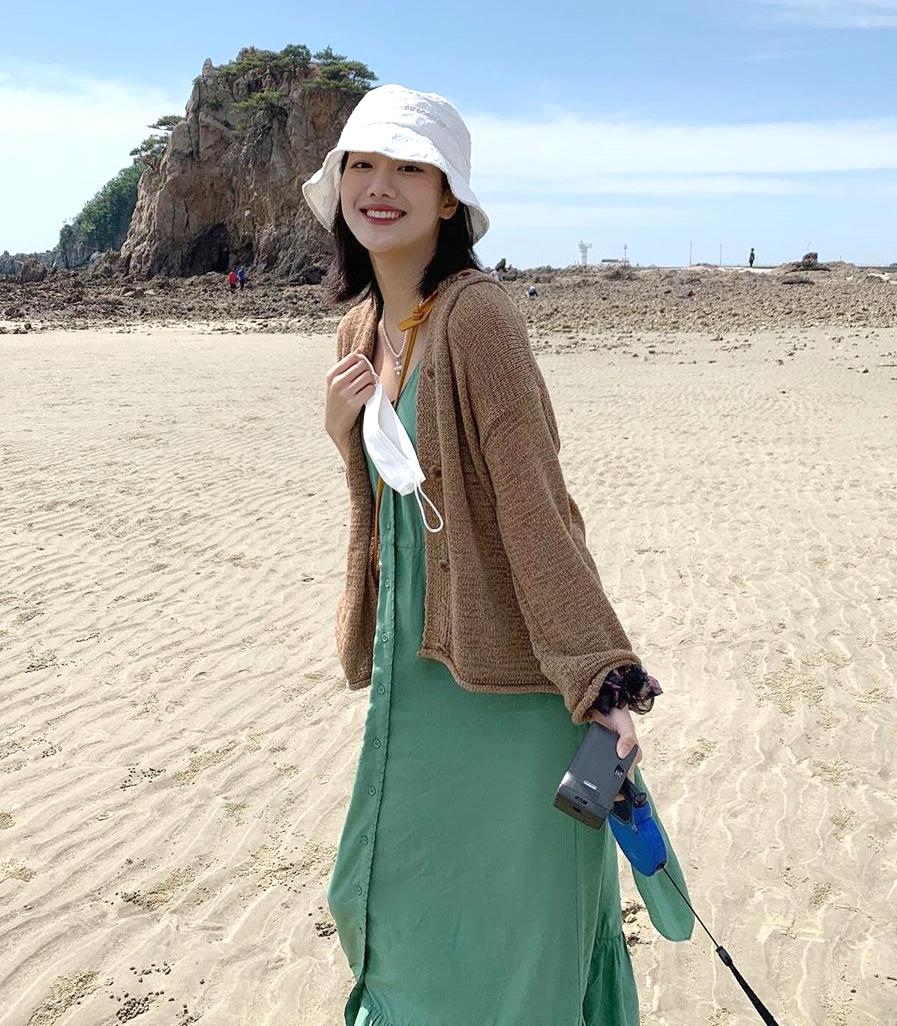 Trong khi đó, mũ bucket kiểu năm 90 giúp Na Eun tạo vẻ phóng khoáng khi đi biển.