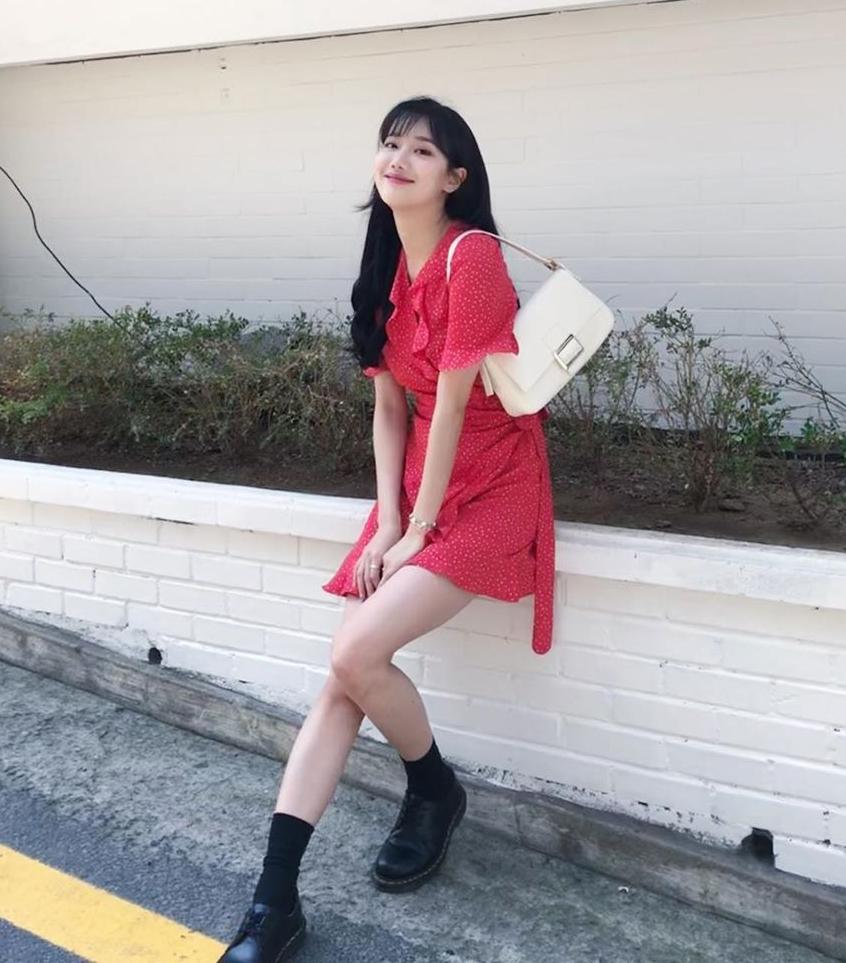 Cách diện váy buộc dây ngang eo đi kèm túi kẹp nách và tất cao đến cổ chân cho thấy Na Eun là một tín đồ phong cách vintage chính hiệu.