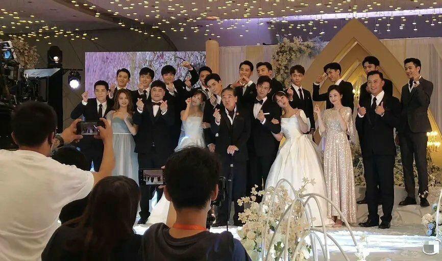 Ảnh hậu trường để lộ đám cưới tập thể của 2 cặp đôi.