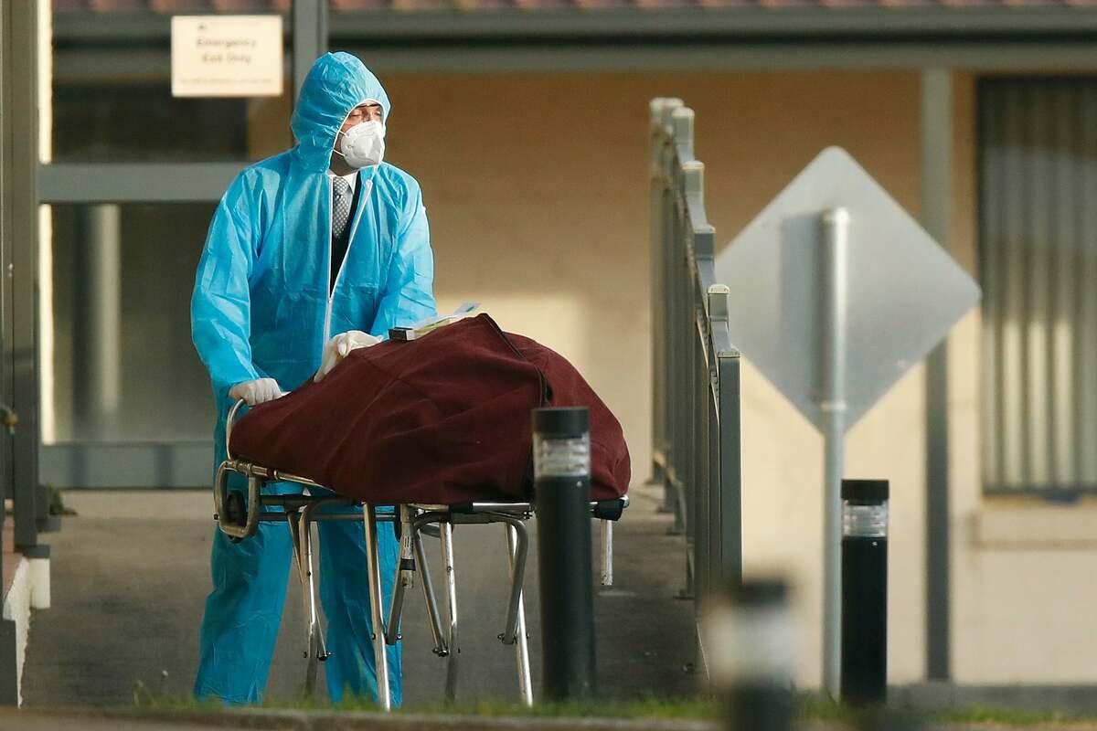 Một thi thể được đưa ra khỏi trung tâm chăm sóc người già ở Melbourne. Ảnh:
