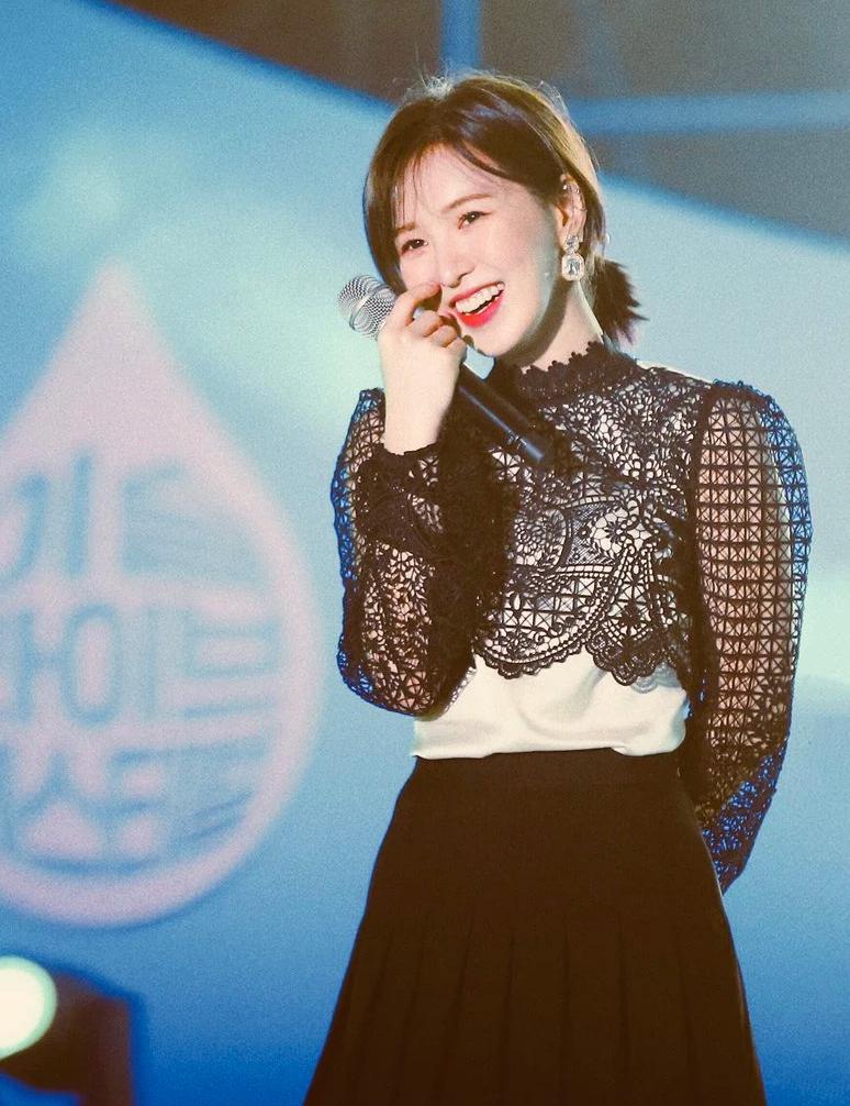 Cùng món đồ giá 300 USD, Wendy (Red Velvet) có cách mix kín đáo hơn hẳn. Thay vì khoe eo như Ji Soo, Wendy trông dễ thương với áo lụa trắng phía trong, đi kèm chân váy xếp ly kiểu nữ sinh.