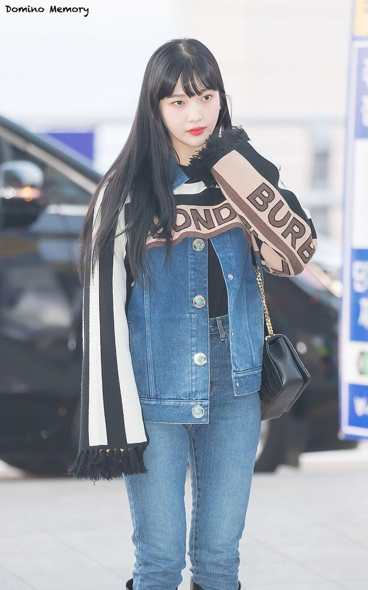 Joy (Red Velvet) có cách kết hợp giống hệt visual Black Pink khi ra sân bay. Trong khi Ji Soo mang đến cảm giác thanh lịch, Joy trông phóng khoáng theo phong cách cao bồi khi diện cùng jeans và boots cao đến gối.