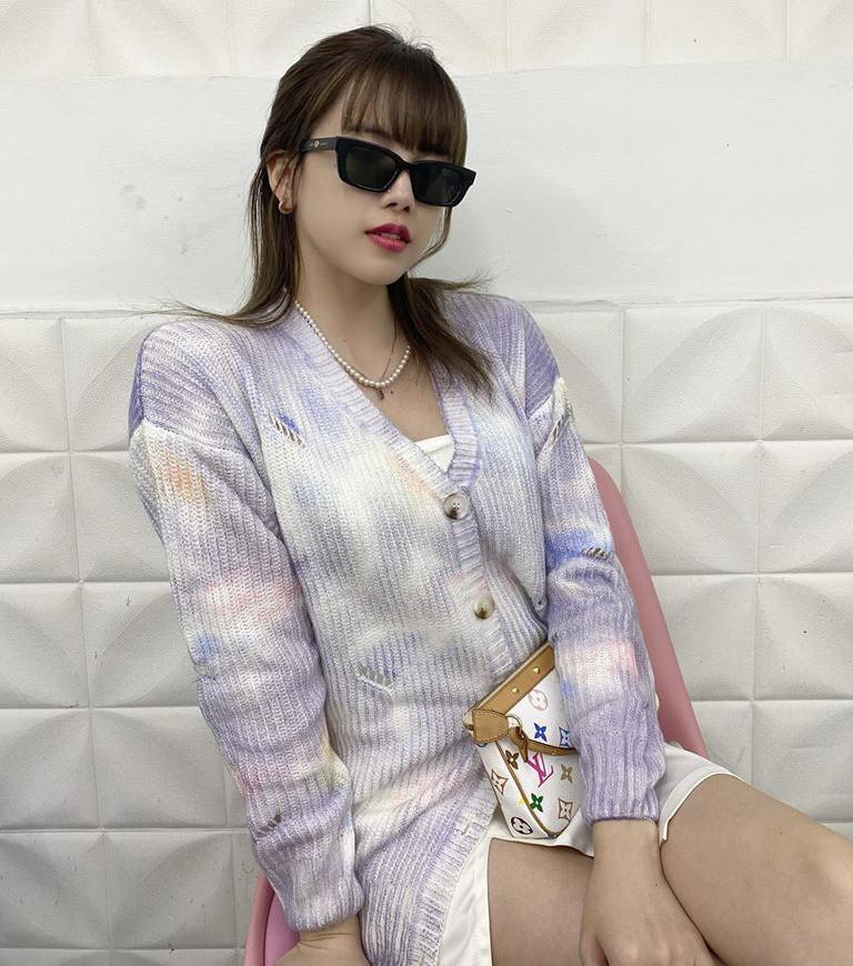 Diện chiếc cardigan màu loang, Thiều Bảo Trâm được so sánh với Lisa, Jennie - những idol tiên phong xu hướng đồ tie dye hè này.
