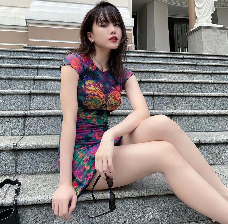 Ngoài các kiểu áo loang màu pastel, Thiều Bảo Trâm cũng thử các dáng váy áo tie dye cá tính hơn, tiệm cận phong cách cool ngầu của các cô gái Âu Mỹ.
