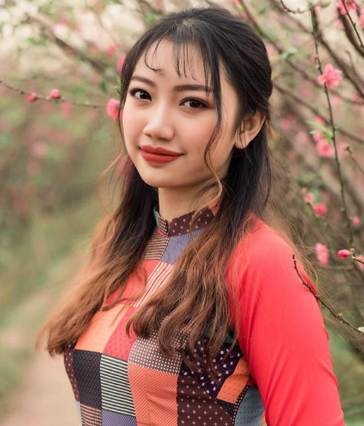 Chayxamlet Vatsana cao 168 cm, số đo 84-63-96. Lần đầu tham gia cuộc thi sắc đẹp lớn, ban đầu Chayxamlet không được bố mẹ ủng hộ. Nhưng thấy sự quyết tâm của con gái, gia đình Chayxamlet đồng ý để con dự thi.