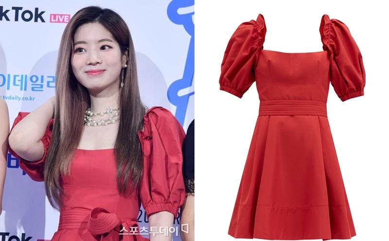 Cùng diện váy đỏ nhưng Da Hyun (Twice) lại mang đến phong cách nữ tính yêu kiều so với Chae Young. Thiết kế lụa Taffeta màu đỏ của Self-Portrait giá 1.924 USD (khoảng 44,3 triệu đồng).