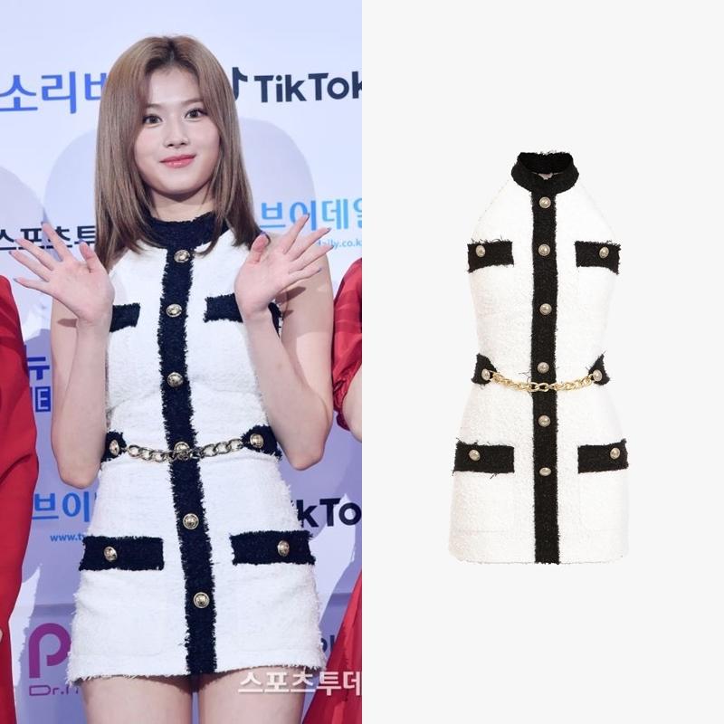 Sana (Twice) lựa chọn bộ đầm vải tweet hở lưng của Balmain có giá 2.347 USD (khoảng 54 triệu đồng).
