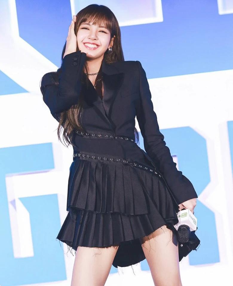 Lisa vốn là thành viên Black Pink có lượng fan ở Trung Quốc rất đông đảo. Sau khi tham gia chương trình Thanh xuân có bạn 2, danh tiếng của nữ idol ở đại lục càng bay cao bay xa. Người đẹp trở thành biểu tượng với các cô gái nhờ vẻ ngoài xinh đẹp, phong cách ăn mặc cá tính.