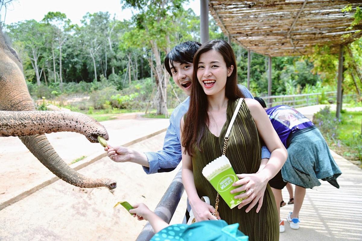 Vợ chồng Ông Cao Thắng hào hứng vui đùa với các loại động vật trong vườn thú ở Phú Quốc ở thời điểm Đông Nhi đang ở tháng thứ tư của thai kỳ. Chuyến đi cùng đại gia đình giúp họ nạp thêm năng lượng sau thời gian giãn cách xã hội. 6 tháng rồi mới được trở lại nơi đây sau khi hết dịch. Nhớ ơi là nhớ... Đây là nơi diễn ra cảnh trao nhẫn dưới hoàng hôn và nói mấy lời sến rện. Nơi đầu tiên cả gia đình đi du lịch sau dịch, cũng là địa điểm đầu tiên ba mẹ dắt củ khoai nhỏ đi chơi trong giai đoạn đặc biệt này. Vẫn thoải mái, vẫn vui, vẫn đặc biệt... chỉ là không thể tháo nơ, tháo guốc, chạy đi săn lùng quăng mọi người xuống nước nữa thôi, cô chia sẻ.