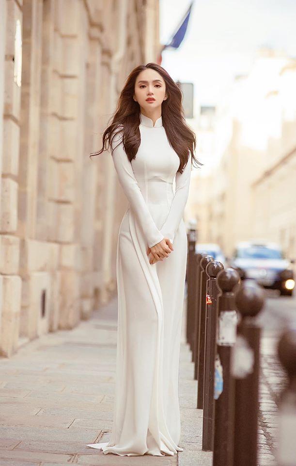 Hương Giang được khen quyến rũ không kém mặc đồ sexy khi diện bộ áo dài trắng tinh khôi.