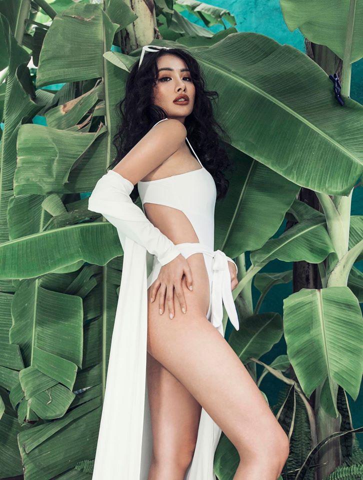 Yaya Trương Nhi mặc đồ tắm khoét hông cao tôn vòng ba sexy.