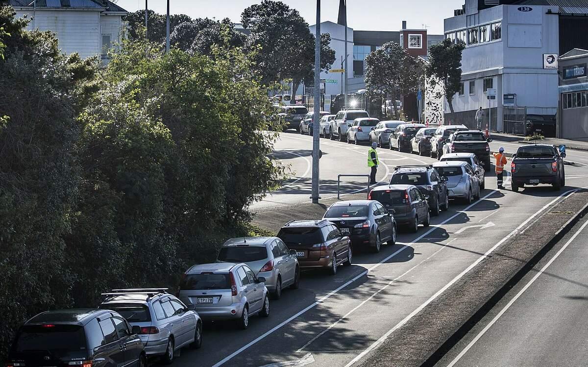 Xe xếp hàng dài trước trung tâm xét nghiệm nCoV  ở Auckland, New Zealand ngày 13/8. Ảnh: AP.